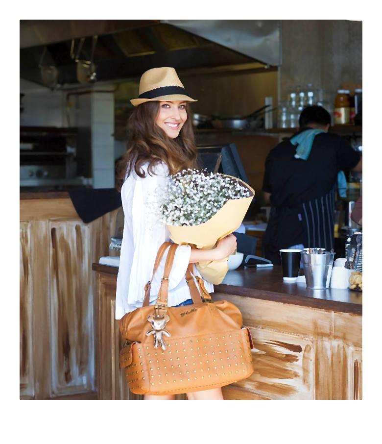 Niezależne, aktywne, świadome siebie kobiety z torbą dla nowoczesnej młodej mamy